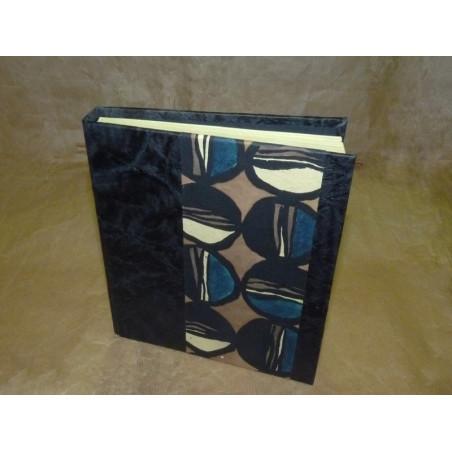 Libreta negra con tira estampada