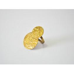 Anillo dorado formado por dos piezas circulares