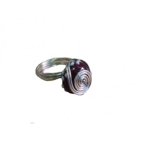 Anillo de alambre de metal con abalorios de cristal