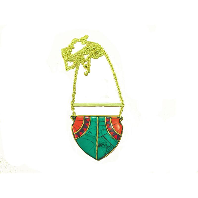 Collar con colgante metal verde, rojo y morado