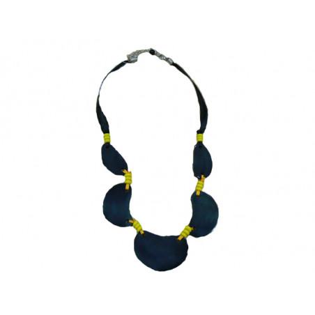 Collar negro con abalorios amarillos