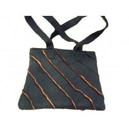 Bolso de filetro en color negro.
