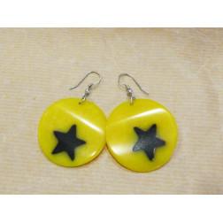Pendientes amarillos de resina con estrellas.