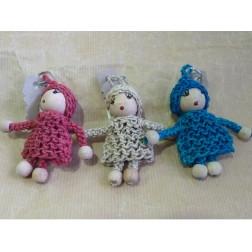 Llavero en forma de angelito de crochet y de colores.