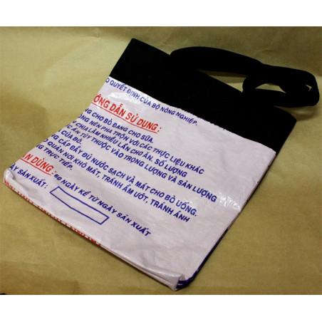 Bolsa de plástico reciclada y de tela con asa.