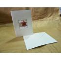 Tarjeta de navidad en papel artesanal blanco.